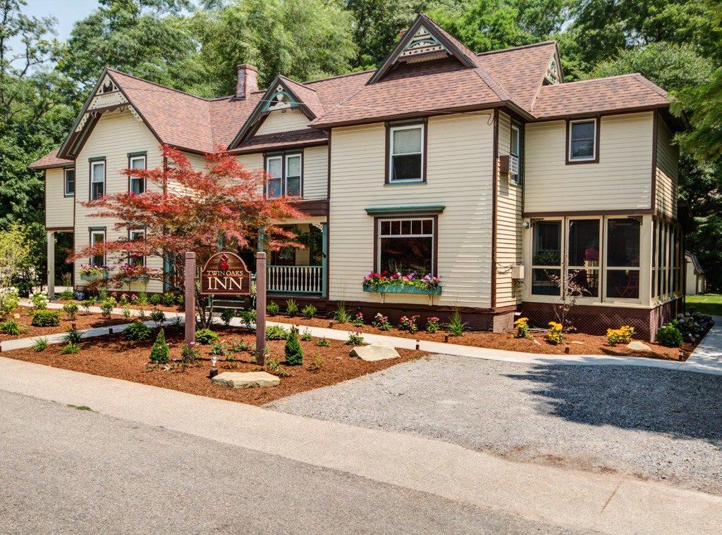 Front View of Twin Oaks Inn