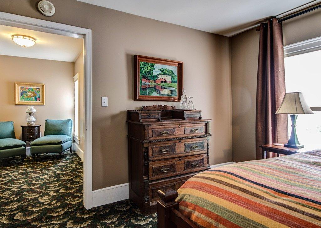 Twin Oaks Inn - Greenbrier Room & Sitting Area
