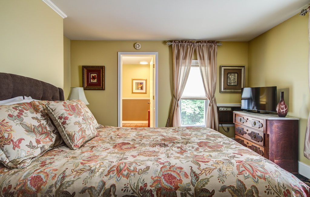 Larchmont Room - Twin Oaks Inn Saugatuck Michigan