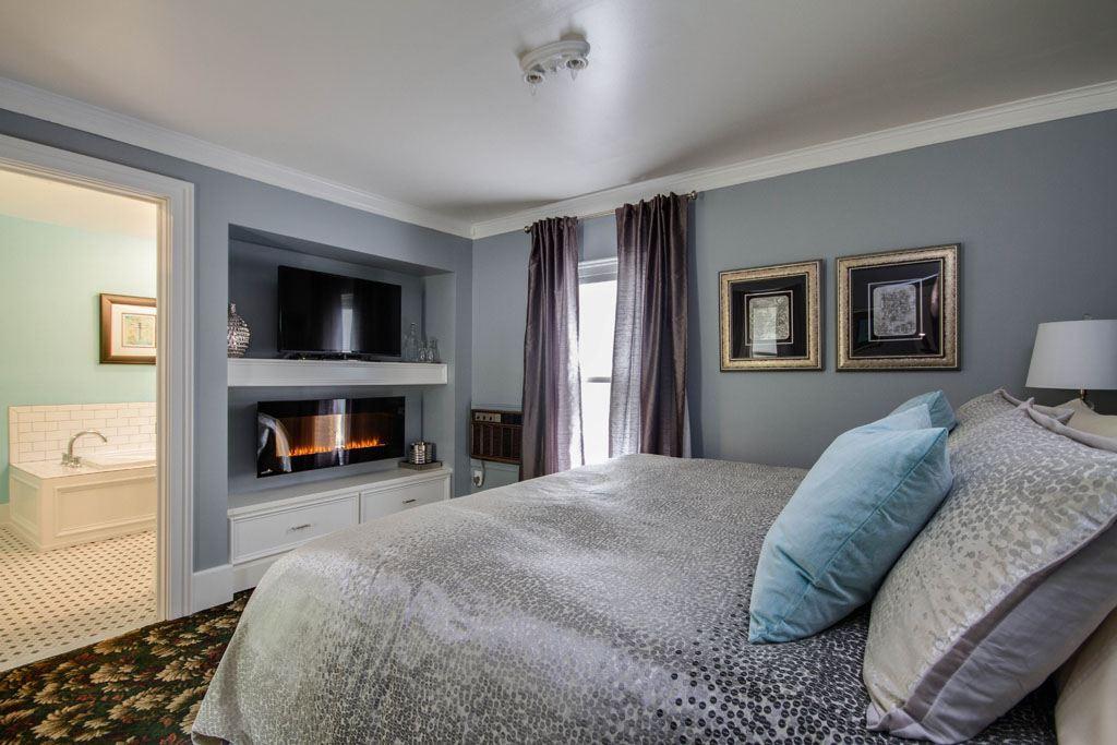 Twin Oaks Inn Room