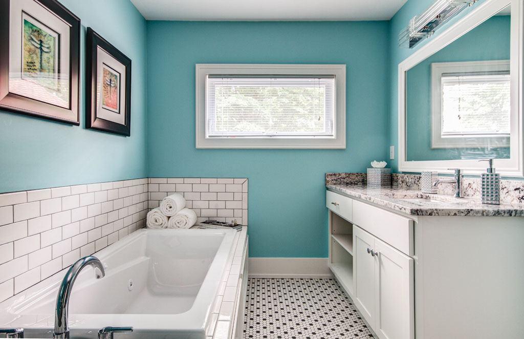Twin Oaks Inn Bathroom Tub