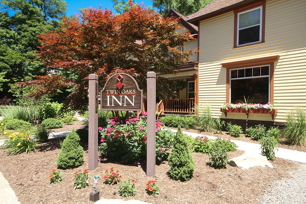 Twin Oaks Inn Sign