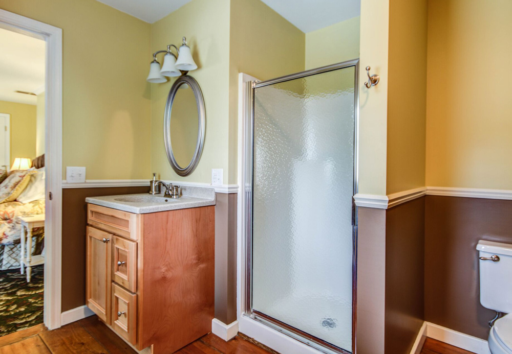 The shower in the Larchmont Room